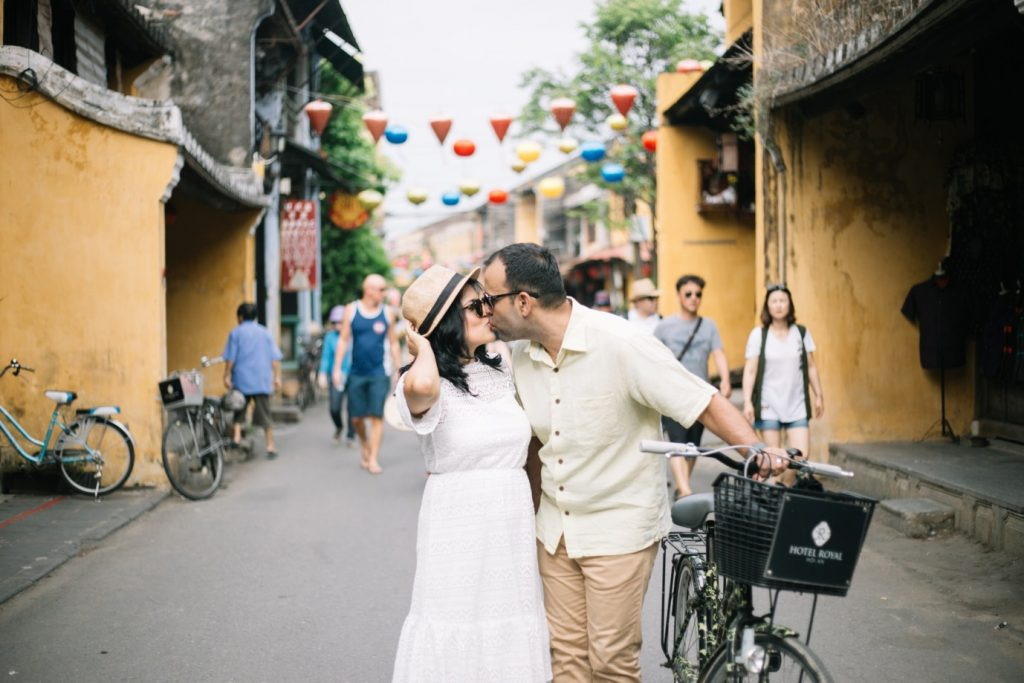 kissing between old town taken by vietnamese wedding photographer in hoi an