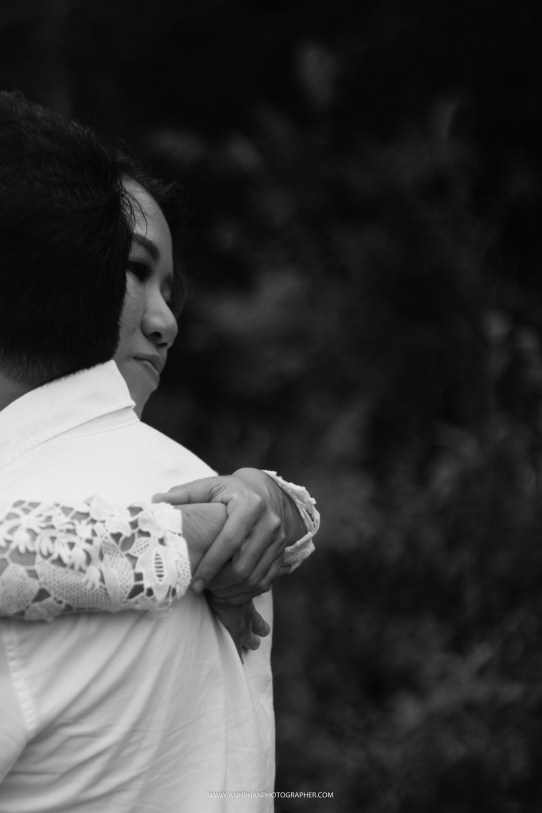 hug taken by anh phan photographer - hue wedding photographer
