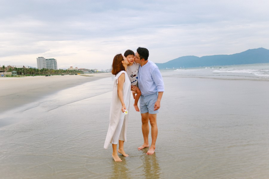 family photography in Hyatt Regency Danang Resort and Spa by da nang vacation photographer