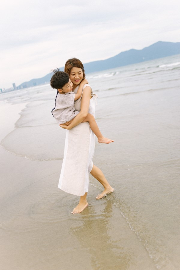 family photography in Hyatt Regency Danang Resort and Spa by da nang vacation photographer